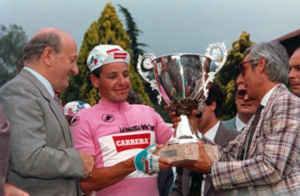 1987 Giro d'Italia champion Stephen Roche with the winner's trophy. (Sirotti)