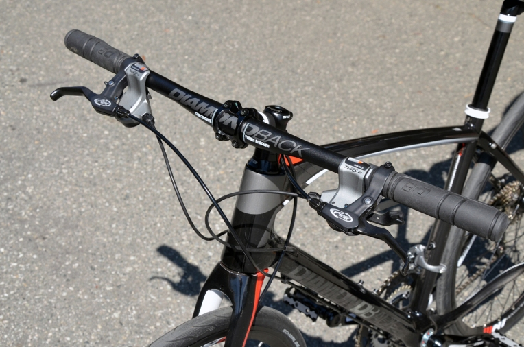 Flat handlebar and trigger shifters for easy control and improved comfort