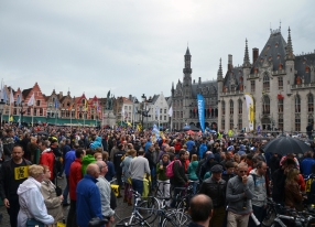 The central square of Brugge is packed before the race