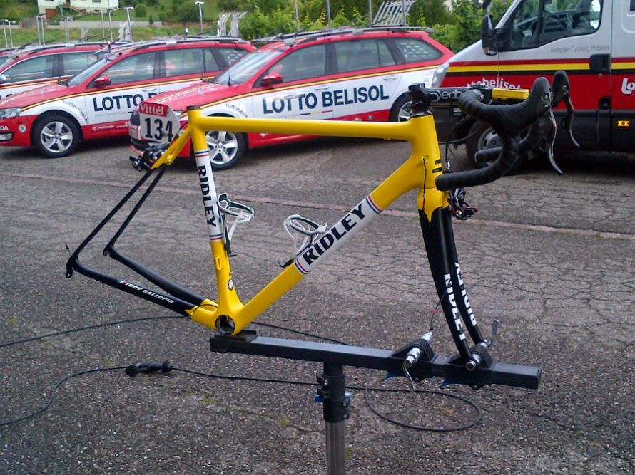 The frame was rush delivered to the team in France to be built up with a Campagnolo Record EPS electronic gruppo