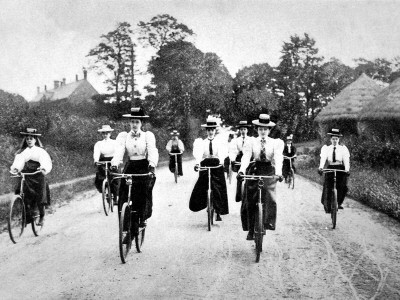 1890s-women-cycling-club